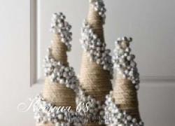 Ксения 68 - Ёлочки из шпагата, украшенные розочками из шишек и пуговицами. МК
