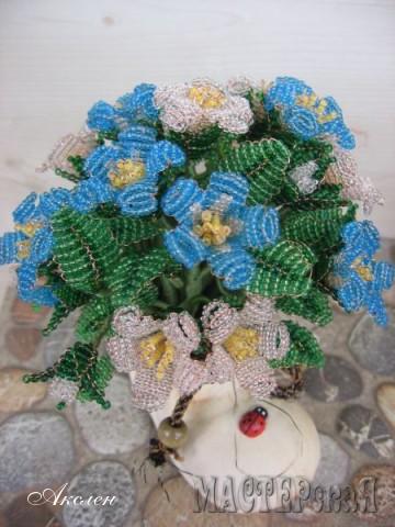 Умучалась цветочки плести, да еще кошка помогла бисер синий рассыпать