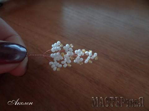 Следующий ряд 3-ри цветочка по 7-мь бисеренок