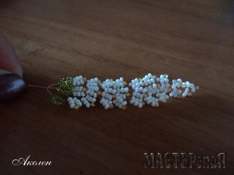 Получается 10 рядов белых с желтым цветочков и последний зеленые листики по 7-мь бисеренок