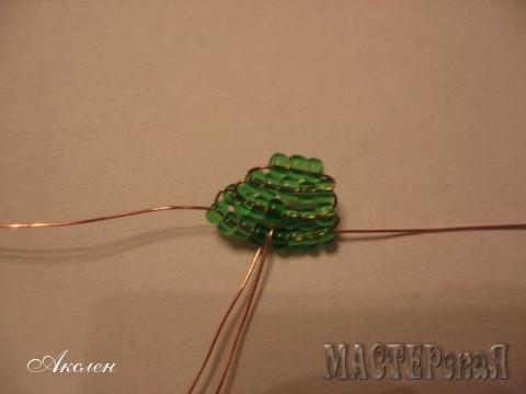 Вот таким образом и дальше плетем по схеме на двух проволоках, количество больших листов шесть