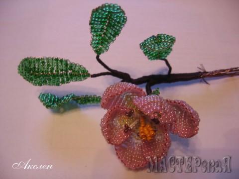 На один цветок берем один большой и два малых листа, все соединяем вместе на расстоянии примерно 1,5 - 2 см