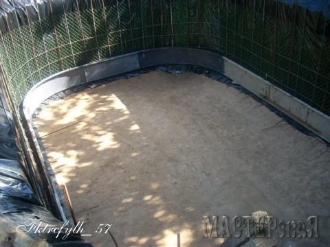 Для того чтобы грунт не осыпался в бетон, стены обложили пленкой и зафиксировали ее сеткой рабицей, пришпиливая ее бракованными электродами. К сетке привязал арматуру проволокой вязальной.
