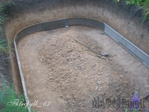 На заводе изготовил вот такую разборную опалубку. (Забыл сказать, что размер бассейна внушительный: длина 6м, ширина 4м и глубина 2,5м) Это первая примерка и подчистка стен и дна под опалубку.