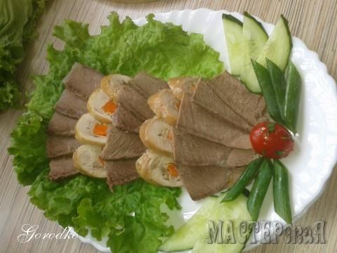 На листике салата отварная телятина и куриный рулетик