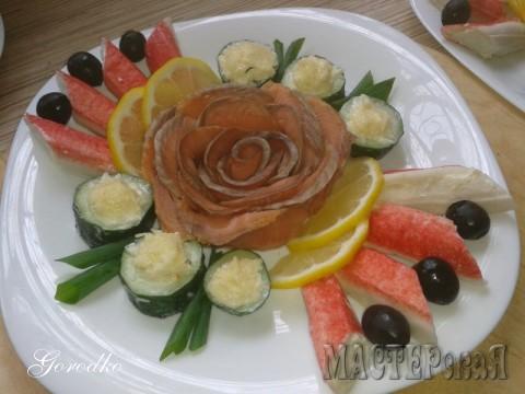 Немного соленой красной рыбки, фаршированные (сыр,чеснок,майонез) крабовые палочки, роллы из огурца (начинка таже)