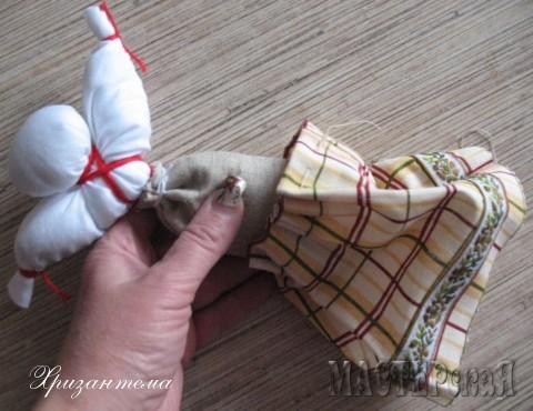 Затягиваем нитку до конца-по объёму талии,складки юбки равномерно распределяем.Пришиваем юбку прямо к талии куклы-для этого нам и были нужны необрезанные нитки с иголкой.Закрепляем нить и обрезаем.