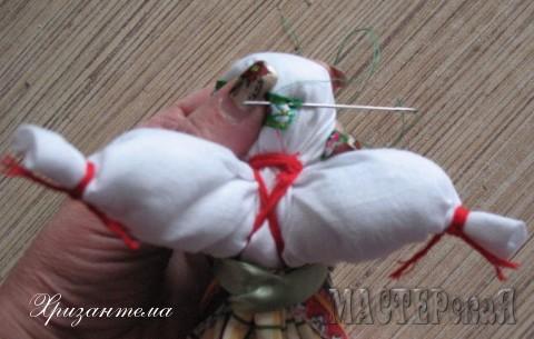 Аккуратно пришиваем её прямо к голове куклы.Край нитки прячем внутри куколки и обрезаем нить,потянув её на себя.Край нитки спрячется.