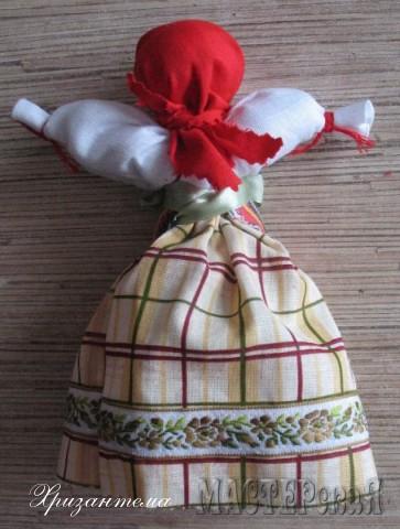 Можно пришить косичку из ниток.На этапе,когда пришивали тесьму к голове.Но и без косички куколка выглядит достойно.