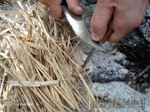 Гуру никогда не пользуется спичками и бумагой. Только сухая береста и огниво.