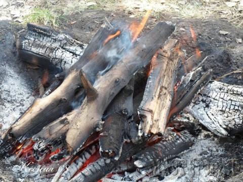 Пока прогорают угли, мы делаем стружку.