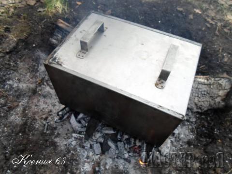 Закрываем коптильню и ставим её на угли (не на огонь!) минут на 30-40.