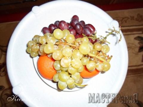 Берем различные фрукты или ягоды ( в зависимости от сезона. Красиво смотрится клубника. А можно сам ананас порезать кусочками) и наполняем ими нашу импровизированную тарелку. Можно было бы оставить все вот так...