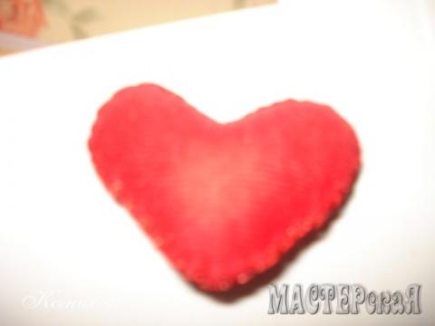 Для игольницы сшила из трикотажа сердечко, набила его синтепоном, обшила его так же как и детали шкатулки