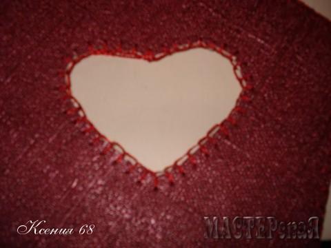 Во внутренней части крышки вырезала отверстие по размеру сердечка-игольницы.