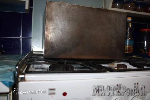 Закрываем коптильню крышкой и ставим прямо на газовую плитку на самый маленький огонь, зажигая две конфорки. Коптим 40-45 минут и выключаем газ. Даем коптильне полностью остыть.