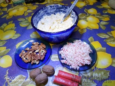 """Нам понадобятся грецкие орехи, натертые на терке крабовые палочки и салат """"лакомка"""" (натертые на терке вареные яйца, сыр, давленый чеснок и майонез)."""