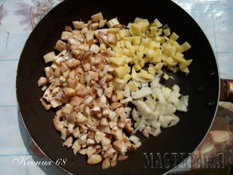Для этого блюда нужно выбрать крупные шампиньоны, отсоединить от них ножки и мелко их порезать. Так же мелко порезать  картошку и репчатый лук.