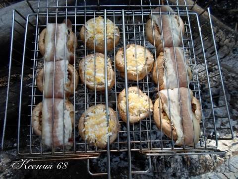 Я готовила на специальной решетке для барбекю.Сначала её смело можно переворачивать, а когда сыр начинает подплавляться, то решетку я открывала, грибы с сыром не трогала, а грибы на шпажках переворачивала руками.