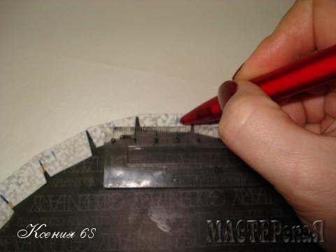 По периметру ручкой отмечаю равное расстояние (у меня - это 3 см)