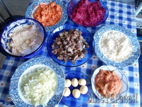 Для этого, все необходимые ингредиенты, я натираю на терке (даже картофель), перемешиваю с майонезом и складываю в отдельную тарелку. На фото: селедка, порезанная кубиками в центре, желтки, репчатый лук, картофель, морковь, свёкла, белки и яблоко (без майонеза)