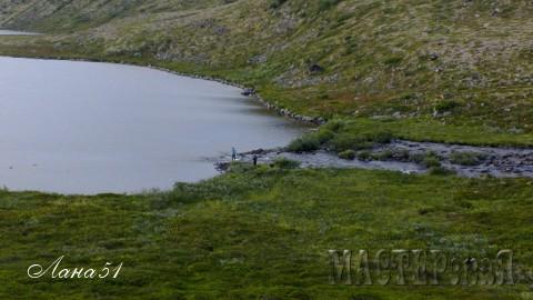 """Пока мужчины ловили рыбачили я решила по фотографировать. Вон стоят два """"пятнышка"""" внизу)))"""