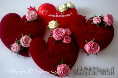 Валентинки - магниты текстильные,украшены очаровательными розочками,выполненными в технике квиллинг. Отличный и недорогой подарок - сувенир для близкого и любимого человека к любому - празднику!