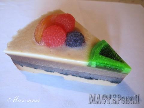 красители только в ягодах, сам торт содержит мед, оливковое масло, глицерин, какао-порошок и в прослойке - молотый кофе для скрабящего эфекта