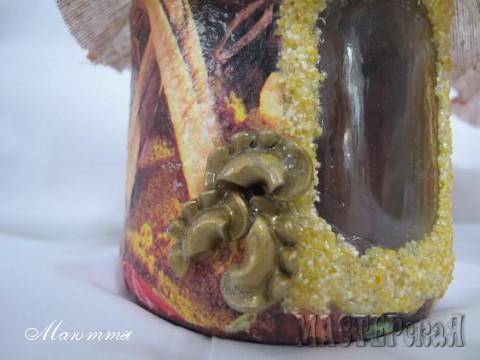 оставлено окошко, которое задекорировано кукурузной крупой и макаронинами