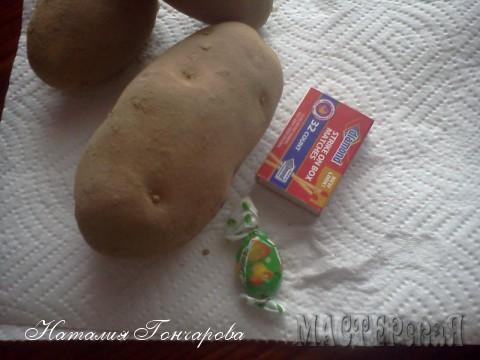 """начнем с продуктов привычных, НЕ экзотических! Это картошка. Для масштаба положила спичечный коробок. Потом подумала, что лучше что-нибудь более знакомое... так что - спичечный коробок (американский) и конфета """"Дюшес"""" украинская."""