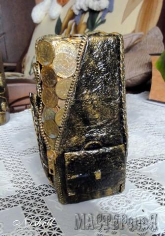 портфель богатого мужчины, сделан из бумажных полотенец