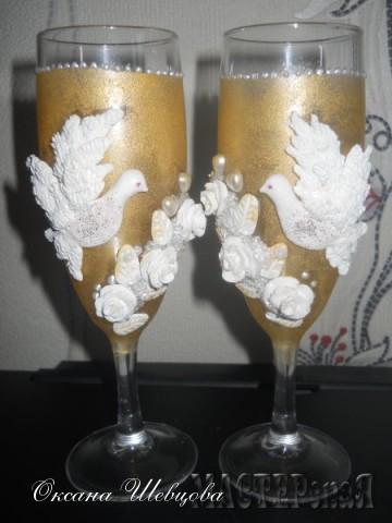 Украшение бокалов сделано из запекаимой пластики хорошего кахества.,золотой краски по стеклу и керамике и структурной хрустальной пасты.