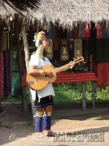Карены руками делают все, в то числе одежда и музыкальные инструменты