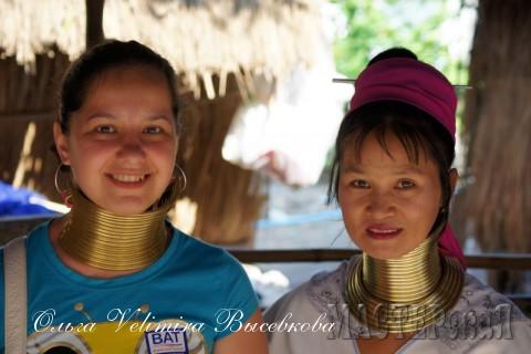 А это я с девушкой из племени. решила примерить макет ошейничка - сомнительное удовольствие такое носить...