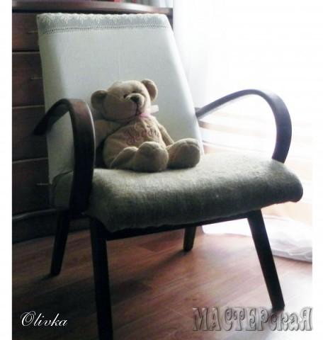 Кресло раньше было обито темно-зеленой обивочной тканью. Нижнюю часть я сделала из мешковины, верх из вот такой интересной наволочки. Ручки и ножки морилка - палисандр. Планирую еще сшить объемную подушку для нижней части.