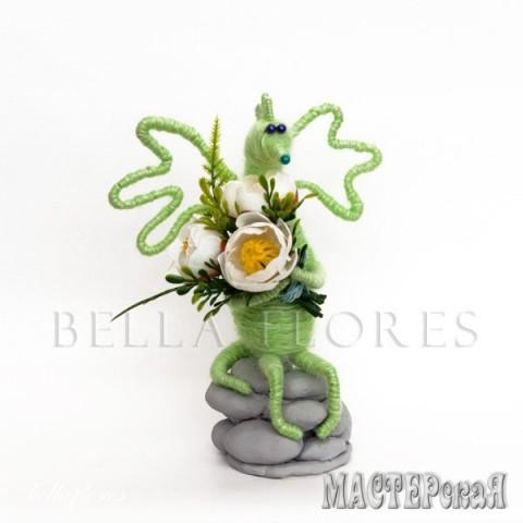 Игрушка из пряжи. Состав: силиконовый клей, искусственные растения, шерстяная пряжа. Для пользователей старше трех лет (содержит мелкие детали). Размер: 15х12 см. В наличии