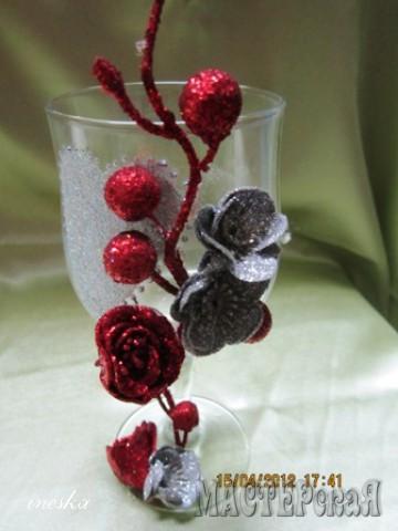 Эти бокалы делались для племянницы моего мужа,Цветы покупные,сердце нарисовано клеем ПВА и посыпано паетками а сверху покрыто лаком ,чтобы не смылось