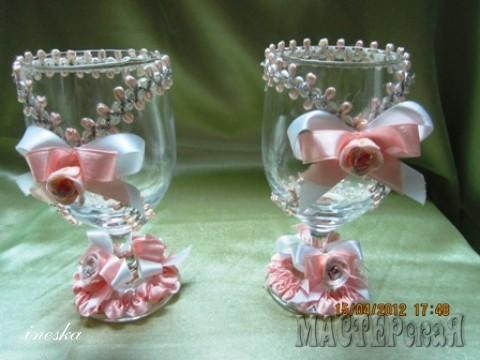 Эти бокалы украшены лентой и тесьмой,выбор невесты под цвет платья в бело-персиковых тонах