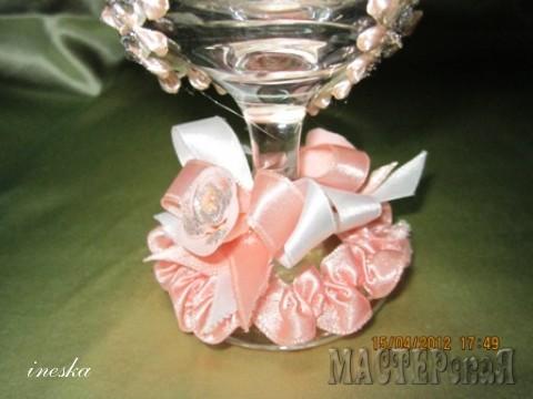 Ножка украшена собранной атласной лентой бантиком и цветочком